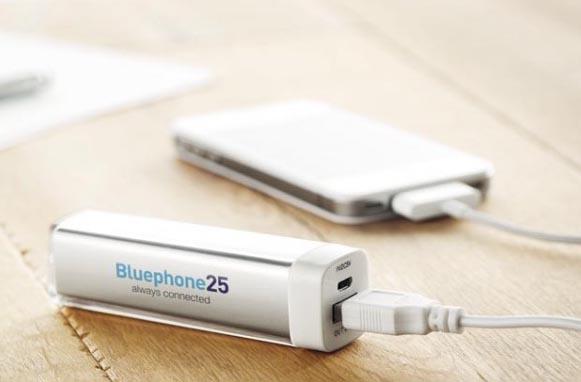 power bank batería externa bluephone sobre una mesa de madera