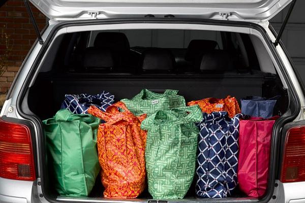 bolsas reutilizables de colores en el maletero de un coche