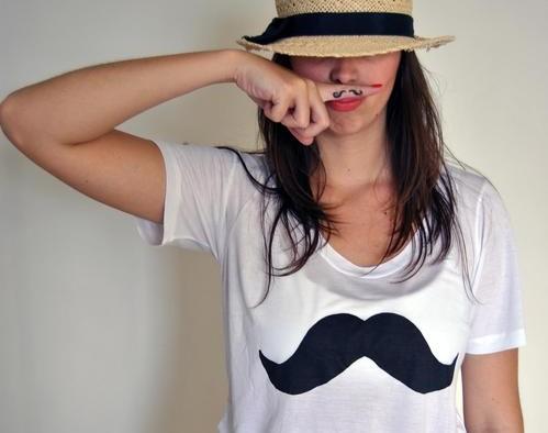 camiseta con bigote