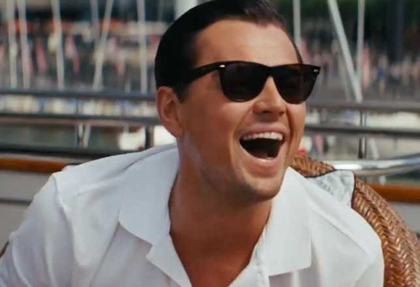 Leonardo Di Caprio vistiendo un polo publicitario blanco en una escena