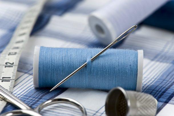 Utensilios de costura para realizar una camiseta bordada