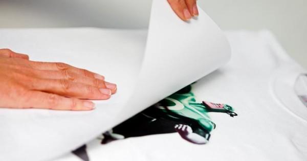 Detalle de técnica de impresión transfer en camiseta
