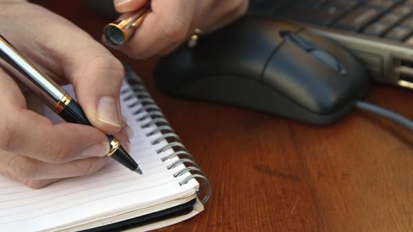 Escritor con un elegante bolígrafo promocional
