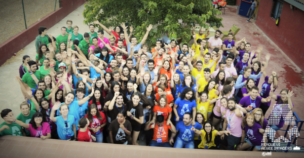 Foto grupal AEGEE con las camisetas de colores personalizadas desde Bananaprint