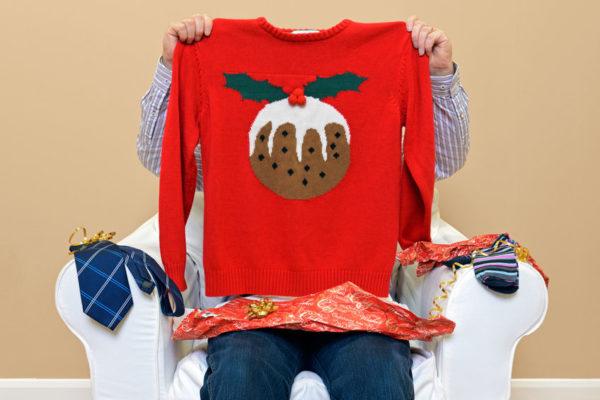 Jersey rojo de navidad con dibujo de una bola para arbol de navidad