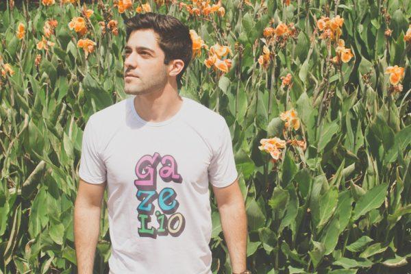 Chico en el campo con camiseta personalizada con letras