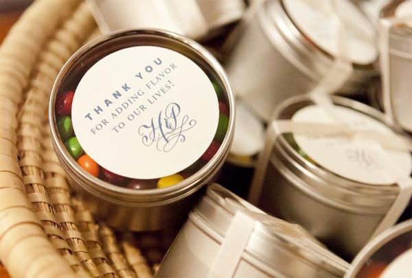 las cajas de caramelos con mensaje en tapa son uno de los regalos personalizados para cumpleaños más coloridos