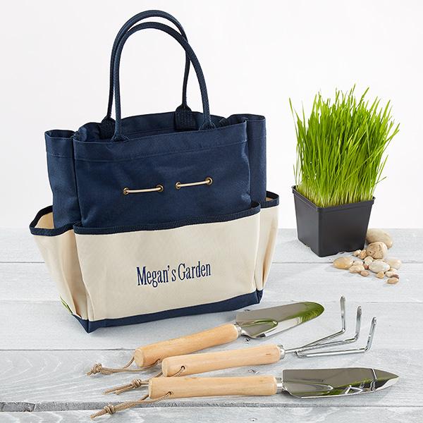 bolsa de jardinería en color azul y beige con accesorios y útiles de madera