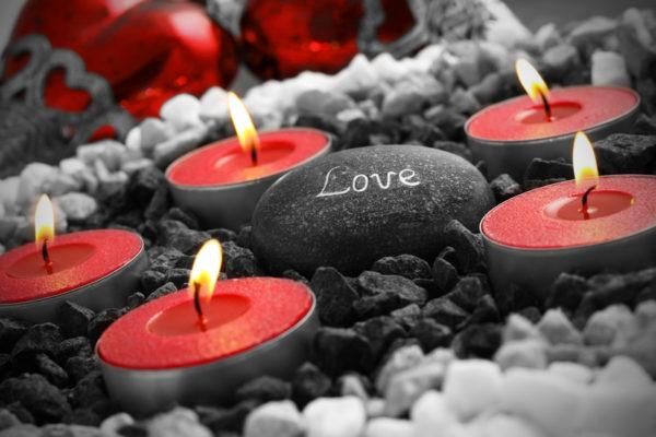 velas rojas encendidas de noche en una escena romántica