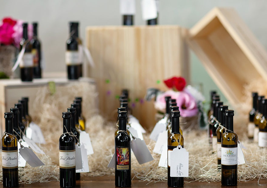 Botellas de vino dispuestas en orden como regalo para invitados de boda