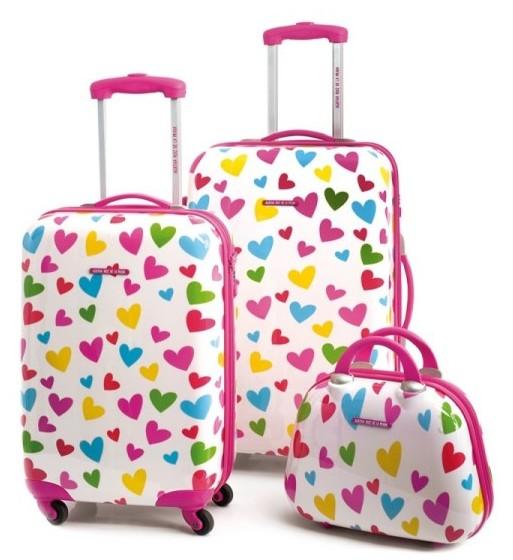 Colección maletas diseñadas por Agatha Ruiz de la Prada con corazones de colores