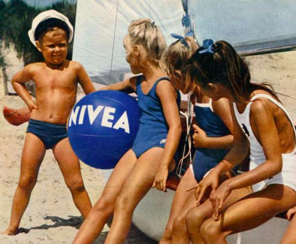 Niños jugando con balón de Nivea