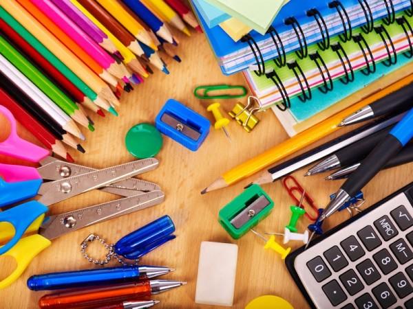 Material escolar formado por pinturas para colorear, tijeras, gomas, etc