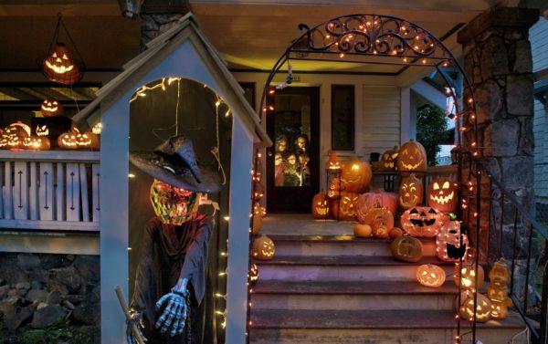Portal de casa decorado para Halloween