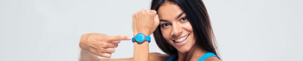 Mujer con podómetro de pulsera en color azul