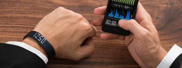 Podómetro de pulsera en color negro con aplicación móvil