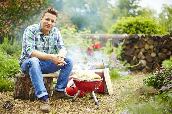 Jamie Oliver utilizando su barbacoa portátil de color rojo