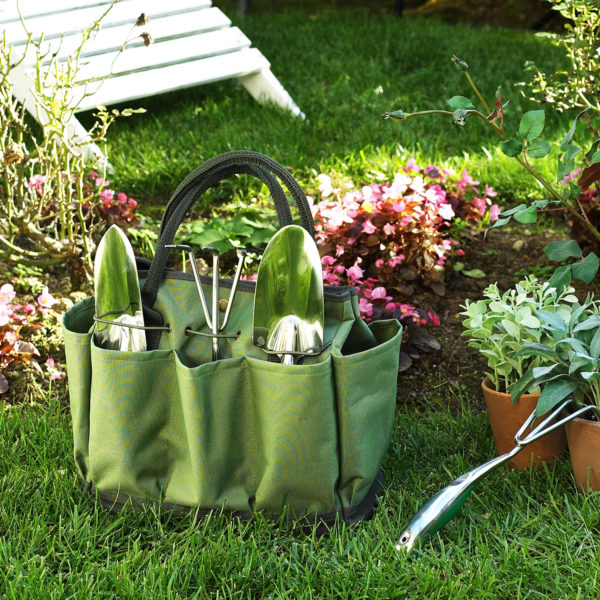 Bolsa de herramientas para jardinería en color verde sobre la hierba