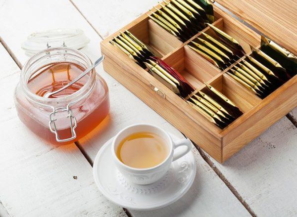 Caja de madera para el té con taza y bote de miel