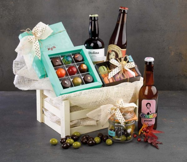Cestas con bombones y distintos tipos de cerveza decorada para regalo