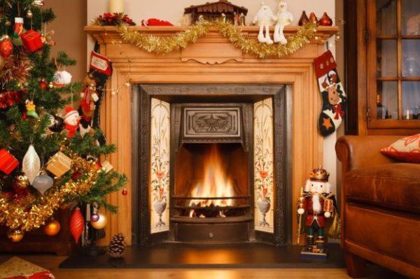 Chimenea decorada con motivos navideños