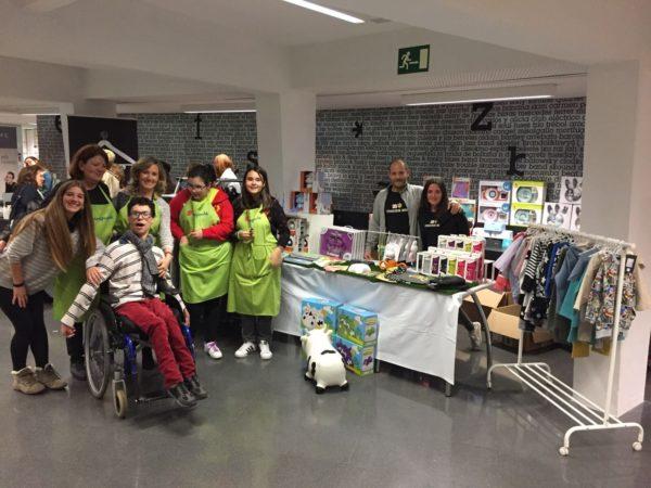 Grupo de personas voluntarias de Araprode que organizaron el mercadillo navideño