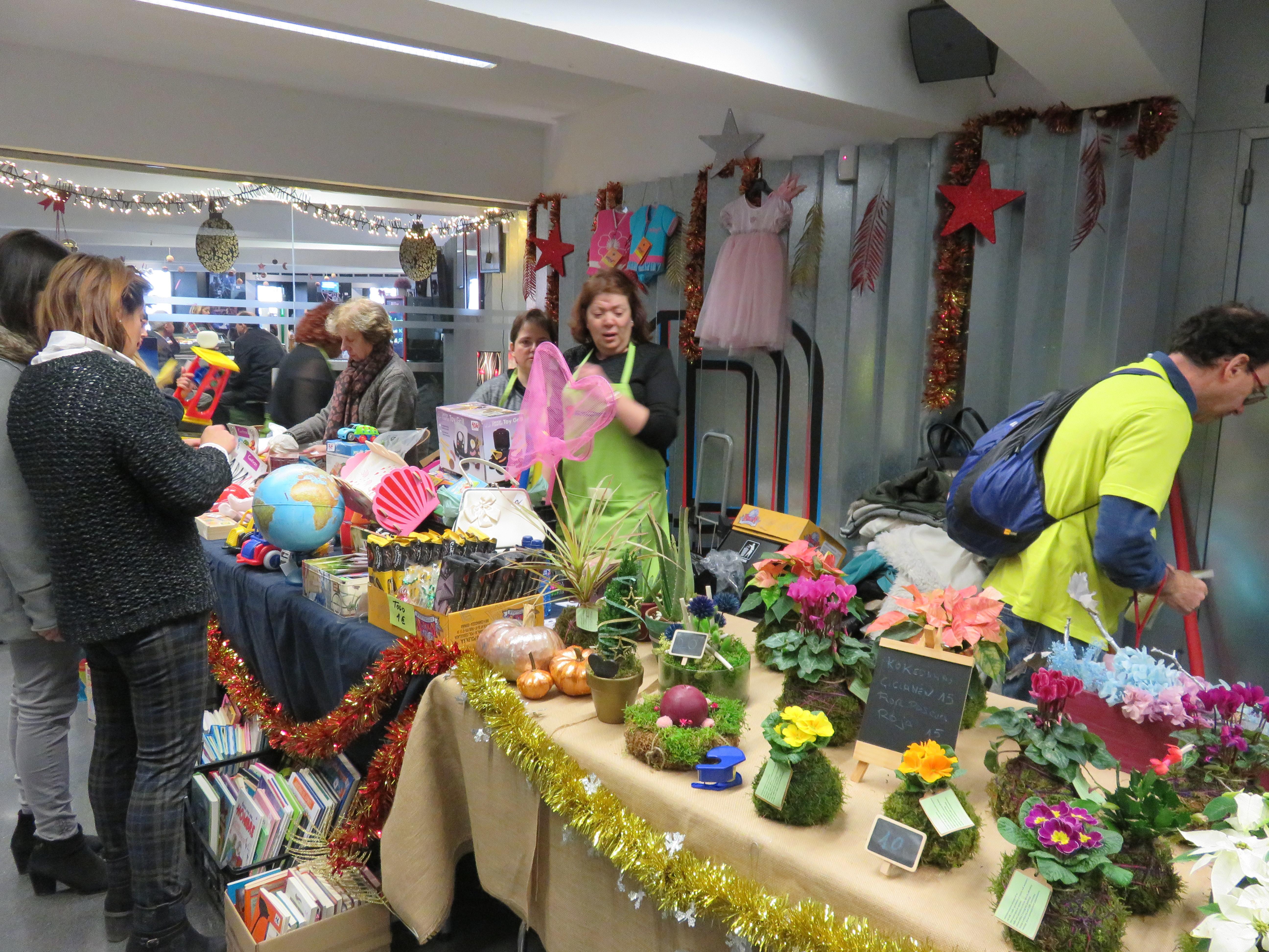 Gente asistiendo al mercadillo navideño organizado por Araprode
