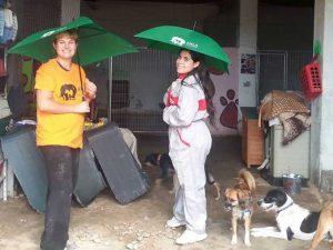 Chicas de la protectora Axla con paraguas