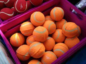 Pelotas naranjas de el nostres petit