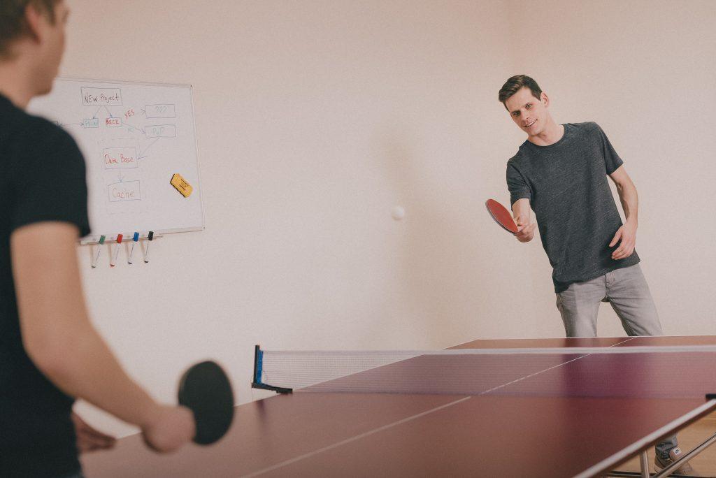 plantilla-empresa-saludable-jugando-pingpong-muybuenaidea