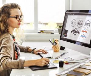 mujer trabajando ordenador