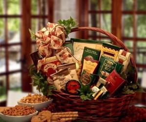 cesta gourmet en una mesa