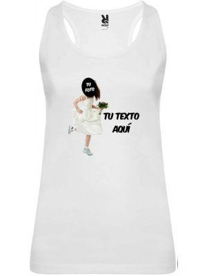 Camiseta blanca de tirantes para despedida de soltera con diseño novia corriendo imagen 1