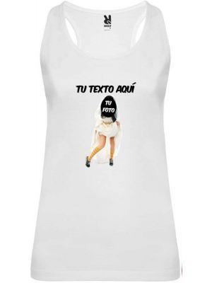 Camiseta blanca de tirantes para despedida de soltera con diseño novia zapatillas con impresión vista 1