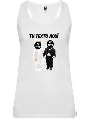 Camiseta blanca de tirantes para despedida de soltera con diseño novios bebés con impresión vista 1